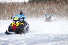 Άνθρωποι στο όχημα για το χιόνι στο χειμερινό βουνό Στοκ φωτογραφίες με δικαίωμα ελεύθερης χρήσης