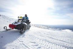 Άνθρωποι στο όχημα για το χιόνι στο χειμερινό βουνό Στοκ εικόνα με δικαίωμα ελεύθερης χρήσης