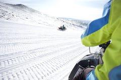 Άνθρωποι στο όχημα για το χιόνι στο χειμερινό βουνό Στοκ Φωτογραφία