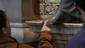 Άνθρωποι σχετικά με το πόδι αγαλμάτων φιλμ μικρού μήκους