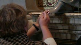 Άνθρωποι σχετικά με το πόδι αγαλμάτων απόθεμα βίντεο