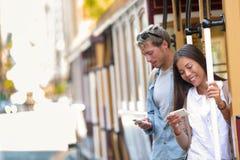 Άνθρωποι τελεφερίκ του Σαν Φρανσίσκο στο κινητό τηλέφωνο app στοκ εικόνες