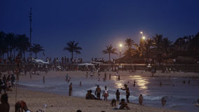 Άνθρωποι τη νύχτα στην παραλία Ipanema Στοκ Φωτογραφία