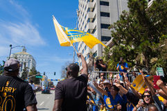 2015 άνθρωποι του Όουκλαντ εορτασμού πρωταθλήματος πολεμιστών ΝΒΑ Χρυσής Πολιτείας Καλιφόρνιας πρωταθλήματος ΝΒΑ η παρέλαση W πολ Στοκ φωτογραφίες με δικαίωμα ελεύθερης χρήσης