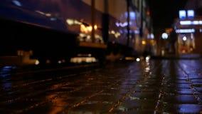 Άνθρωποι τραμ οδών βροχής απόθεμα βίντεο