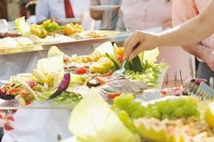 Άνθρωποι τροφίμων μπουφέδων Στοκ εικόνα με δικαίωμα ελεύθερης χρήσης