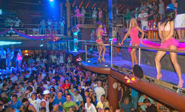 Άνθρωποι χορεύοντας DJ Ibiza συμβαλλόμενου μέρους Στοκ εικόνες με δικαίωμα ελεύθερης χρήσης