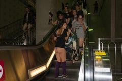 Άνθρωποι χωρίς εσώρουχα κάτω από τα σκαλοπάτια Στοκ φωτογραφία με δικαίωμα ελεύθερης χρήσης
