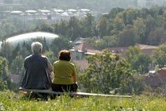 άνθρωποι δύο πάγκων Στοκ φωτογραφία με δικαίωμα ελεύθερης χρήσης