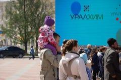 Άνθρωποι backlight που περπατούν στο τετράγωνο, άποψη άνωθεν Η Ρωσία Berezniki 26 μπορεί το 2019 στοκ εικόνες με δικαίωμα ελεύθερης χρήσης