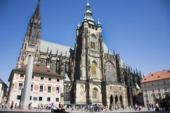 Άνθρωποι Czechia και ταξιδιώτες αλλοδαπών που περπατούν για την επίσκεψη και το ταξίδι στο κάστρο της Πράγας Στοκ εικόνες με δικαίωμα ελεύθερης χρήσης