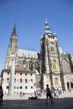 Άνθρωποι Czechia και ταξιδιώτες αλλοδαπών που περπατούν για την επίσκεψη και το ταξίδι στο κάστρο της Πράγας Στοκ φωτογραφία με δικαίωμα ελεύθερης χρήσης