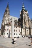 Άνθρωποι Czechia και ταξιδιώτες αλλοδαπών που περπατούν για την επίσκεψη και το ταξίδι στο κάστρο της Πράγας Στοκ Εικόνες