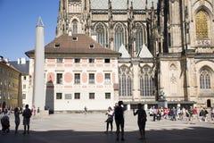 Άνθρωποι Czechia και ταξιδιώτες αλλοδαπών που περπατούν για την επίσκεψη και το ταξίδι στο κάστρο της Πράγας Στοκ Εικόνα