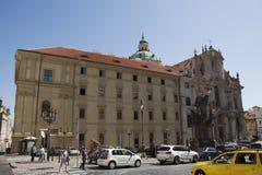 Άνθρωποι Czechia και ταξιδιώτες αλλοδαπών που περπατούν και κλασική αναδρομική παλαιά πόλη επίσκεψης κοντά στο κάστρο της Πράγας Στοκ φωτογραφία με δικαίωμα ελεύθερης χρήσης
