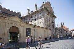 Άνθρωποι Czechia και ταξιδιώτες αλλοδαπών που περπατούν και που στην εθνική στοά κοντά στο κάστρο της Πράγας Στοκ φωτογραφίες με δικαίωμα ελεύθερης χρήσης