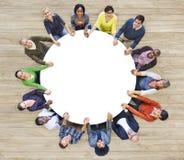 Άνθρωποι Multiethnic που διαμορφώνουν τα χέρια μιας κύκλων εκμετάλλευσης Στοκ φωτογραφία με δικαίωμα ελεύθερης χρήσης