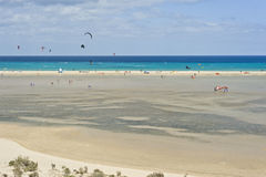 Άνθρωποι Windsurfing & Kitesurfing Playa de Sotavento σε Fuerteventura Στοκ Εικόνες
