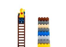 Άνθρωπος κατασκευαστών που αναρριχείται στη σκάλα Στοκ φωτογραφίες με δικαίωμα ελεύθερης χρήσης