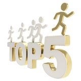 Άνθρωπος που τρέχει τους συμβολικούς αριθμούς πέρα από την κορυφή πέντε λέξεων Στοκ Φωτογραφίες