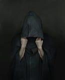 Άνθρωπος στο παλτό με μια κουκούλα Στοκ εικόνες με δικαίωμα ελεύθερης χρήσης