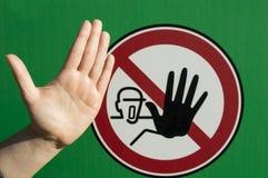 Άνθρωπος χεριών σε ένα σήμα στάσεων Στοκ εικόνα με δικαίωμα ελεύθερης χρήσης