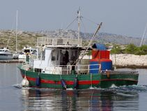Άνοδοι βαρκών ψαράδων ` s πίσω στη μαρίνα Οπισθοσκόπος της πλευράς Παίρνοντας τα τρόφιμα εν πλω Ειδική μεταφορά Βιομηχανική ναυσι Στοκ φωτογραφίες με δικαίωμα ελεύθερης χρήσης