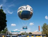 Άνοδοι μπαλονιών γεια-ιπτάμενων της Die Welt Βερολίνο πέρα από την πόλη Στοκ εικόνες με δικαίωμα ελεύθερης χρήσης