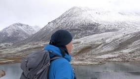 Άνοδοι τουριστών σε ένα υψηλό σημείο Μπροστά από τον είναι ένα όμορφο τοπίο, αιχμές βουνών και μια σαφής λίμνη ηθοποιών απόθεμα βίντεο