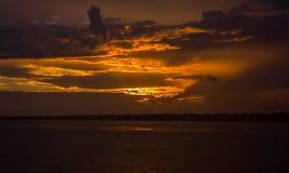 Άνοδος ήλιων στον ποταμό της Αμαζώνας Στοκ Εικόνες
