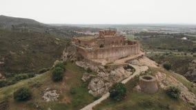 Άνοδος πέρα από το παλαιό μεσαιωνικό κάστρο πάνω από το λόφο στην Καταλωνία απόθεμα βίντεο