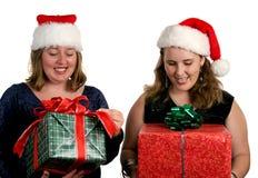 άνοιγμα δώρων Χριστουγένν&ome Στοκ Φωτογραφίες