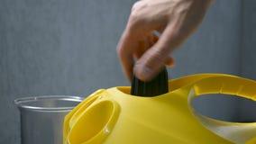 Άνοιγμα μιας σφραγισμένης λεβήτων νερού ΚΑΠ κινηματογράφησης σε πρώτο πλάνο χεριών ατμού καθαρότερης φιλμ μικρού μήκους