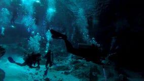 Άνοιγμα στο σύστημα σπηλιών cenote κοντά σε Tulum με τους κολυμβητές και τους δύτες σκαφάνδρων φιλμ μικρού μήκους