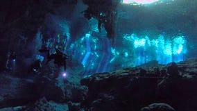 Άνοιγμα στο σύστημα σπηλιών cenote κοντά σε Tulum με τους κολυμβητές και τους δύτες σκαφάνδρων απόθεμα βίντεο