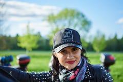 Άνοιγμα της λιθουανικής εποχής ποδηλατών, που συναντιέται στο αγροτικό αγροτικό σπίτι τουρισμού, πορτρέτα στοκ εικόνα με δικαίωμα ελεύθερης χρήσης