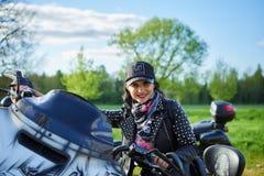 Άνοιγμα της λιθουανικής εποχής ποδηλατών, που συναντιέται στο αγροτικό αγροτικό σπίτι τουρισμού, πορτρέτα στοκ φωτογραφία με δικαίωμα ελεύθερης χρήσης
