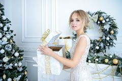 Άνοιγμα του δώρου για το νέο έτος στοκ εικόνες με δικαίωμα ελεύθερης χρήσης