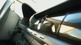 Άνοιγμα του φυσήγματος του αέρα στο αυτοκίνητο φιλμ μικρού μήκους