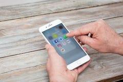 Άνοιγμα WhatsApp app στο iPhone 7 συν Στοκ Εικόνα