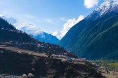 Άνοιξη βουνών Himalays τοπίων Άποψη πρωινού φύσης της Ασίας Οδοιπορία βουνών, χωριό άποψης Οριζόντια εικόνα στοκ φωτογραφία με δικαίωμα ελεύθερης χρήσης