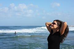 άνοιξη θάλασσας κοριτσιώ& στοκ φωτογραφία με δικαίωμα ελεύθερης χρήσης