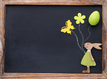 Άνοιξη και ντεκόρ Πάσχας Ξύλινο λαγουδάκι, λουλούδια και λόφος συμβόλων στοκ φωτογραφία