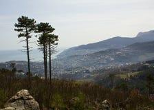 Άνοιξη κατά την άποψη βουνών Yalta Στοκ Φωτογραφίες