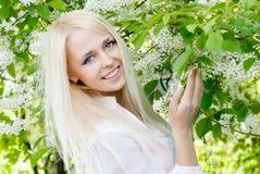 άνοιξη κοριτσιών λουλουδιών στοκ φωτογραφίες με δικαίωμα ελεύθερης χρήσης