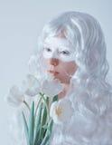 άνοιξη νεράιδων Νέα γυναίκα στην άσπρη περούκα με Στοκ Εικόνες