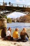 Άνοιξη στο Παρίσι Σηκουάνας riverbanks κοντά Pont des Arts στην ομάδα φιλίας στοκ εικόνα με δικαίωμα ελεύθερης χρήσης