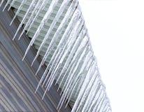 Άνοιξη Τα παγάκια που κρεμούν κάτω από τη στέγη του κτηρίου είναι στάζοντας κάτω Η στέγη αποτελείται από το μέταλλο Στοκ φωτογραφίες με δικαίωμα ελεύθερης χρήσης
