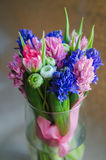 Άνοιξη boquet των λουλουδιών στο βάζο στην κάρτα Στοκ φωτογραφία με δικαίωμα ελεύθερης χρήσης