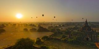 Άνοδοι ήλιων σε Bagan, το Μιανμάρ Στοκ Φωτογραφία